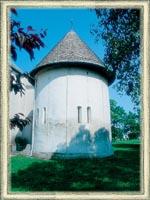 XIII. század legelején épített, s XIII-XIV. századi freskókkal ékesített körtemplom